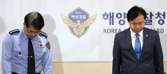 영흥도 낚싯배 전복 사망자에 대한 묵념을 하는 김영춘 해양수산부 장관(오른쪽)과 박경민 해양경찰청장(왼쪽) [연합뉴스]