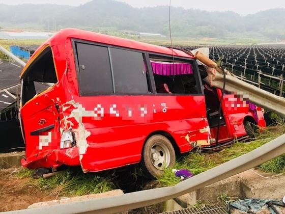 1일 25인승 미니버스 사고로 노인 8명이 숨지고 7명이 다친 전남 영암군 신북면 교통사고 현장. [사진 독자]
