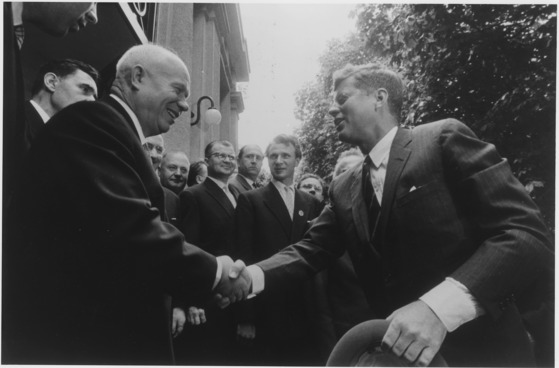 1961년 오스트리아 빈에서 만난 존 F 케네디 미국 대통령과 니키타 흐루쇼프 소련 총리가 악수하고 있다. 미·소 대결이 팽팽할 때 강행한 이들의 비공식 회담은 대표적인 실패 사례로 남았다. [JFK도서관]