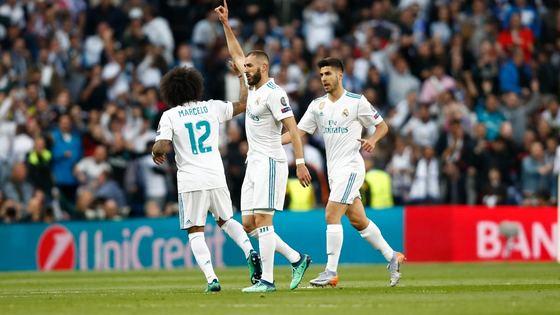 레알 마드리드 공격수 벤제마(가운데)가 유럽 챔피언스리그 4강 2차전에서 2골을 몰아치며 결승행을 이끌었다. [사진 레알 마드리드 트위터]