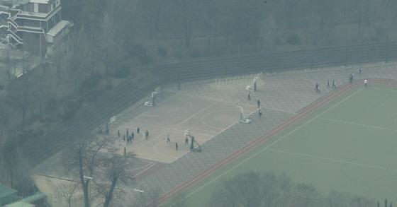미세먼지 농도가 '나쁨' 상태인 지난해 3월 서울의 한 학교 운동장에서 학생들이 운동을 하고 있다. [중앙포토]