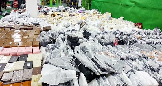지난해 서울세관에 적발된 중국 밀수입 위조 명품가방 [서울세관 제공=뉴스1]