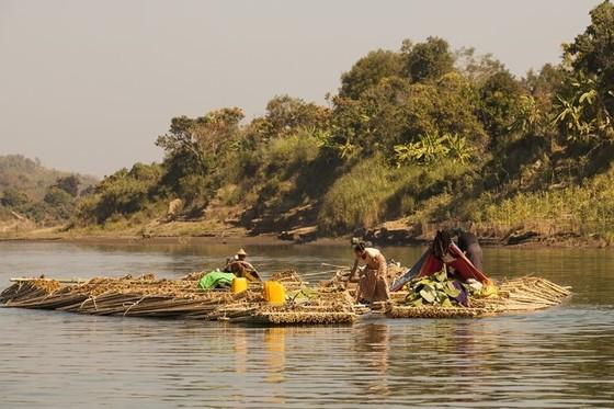 뗏목을 타고 칼라단강을 건너는 여인들 [사진제공=조용경]