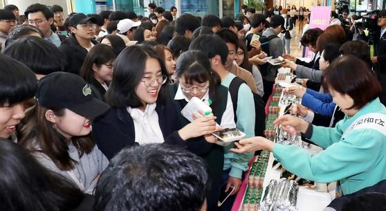 지난달 25일 선문대 한마음 봉사회 교수들이 학생들에게 김밥을 나눠주고 있다. [프리랜서 김성태]