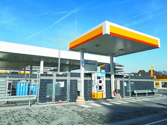 다국적 에너지기업 셸도 수소 충전설비를 갖추고 있다. 독일 프랑크푸르트에 있는 셸 주유소 사업자가 안전 방화벽을 갖춘 수소 충전소를 갖춰 놓은 모습. [김도년 기자]