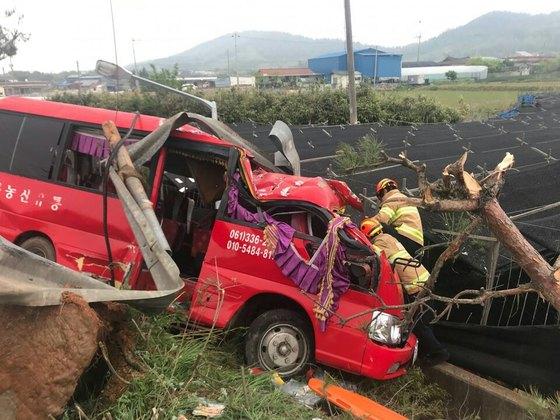 1일 오후 5시 21분쯤 전남 영암군 신북면 주안삼거리에서 노인 14명이 탑승한 25인승 미니버스가 SUV차량과 충돌하며 전복되는 사고가 발생했다. [사진 영암소방서 제공]