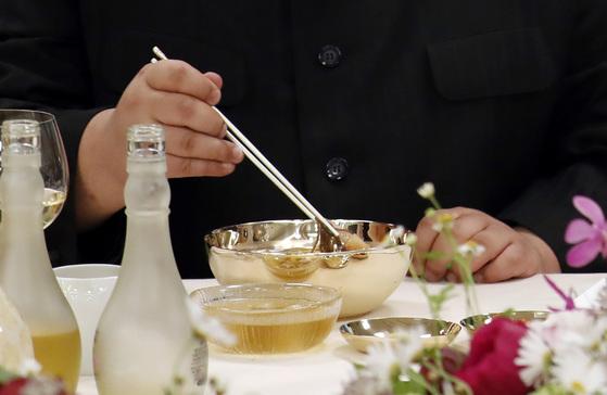 27일 오후 문재인 대통령과 김정은 국무위원장이 남북정상회담 만찬 메뉴인 옥류관 평양냉면을 먹고 있다.