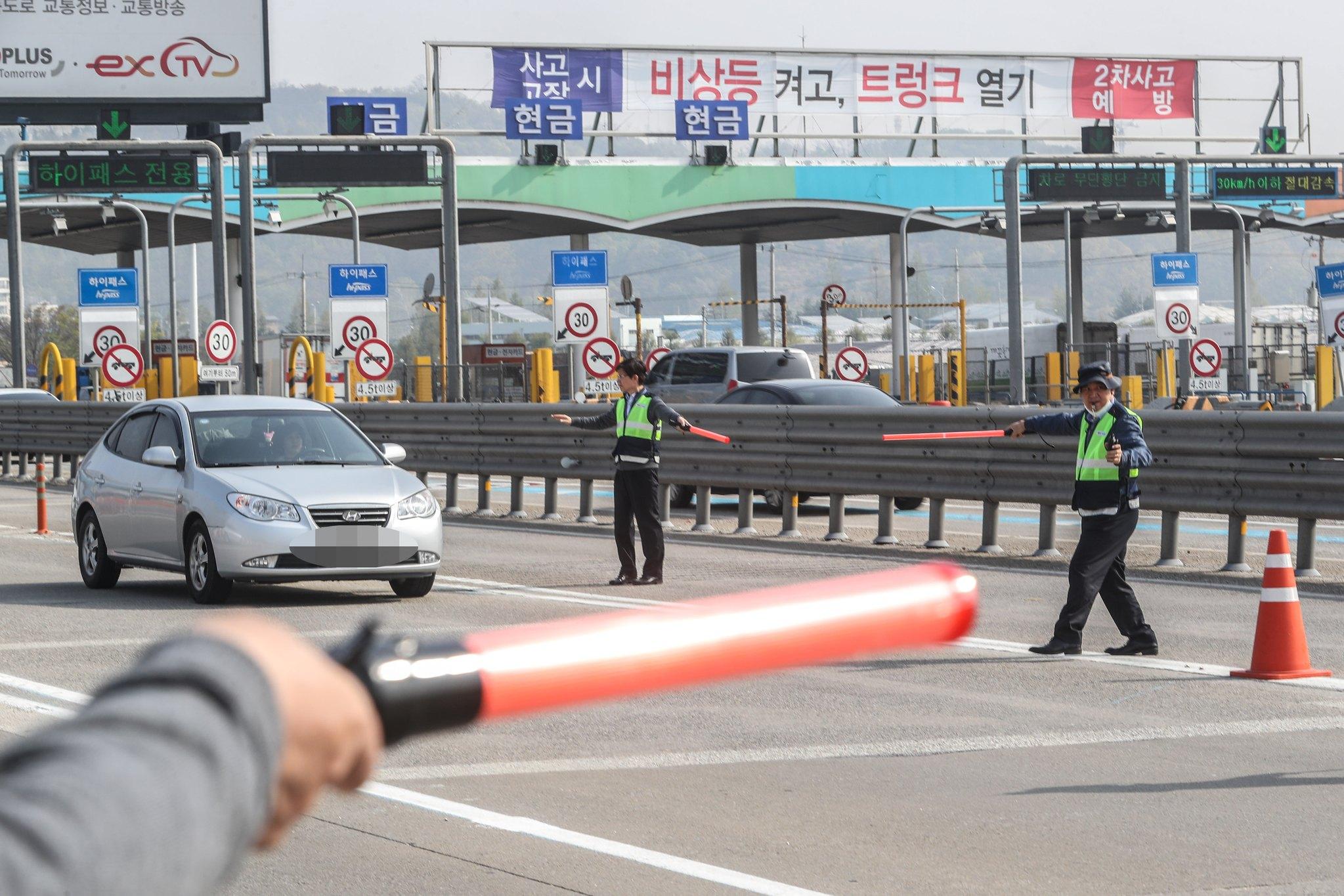 지난달 20일 오전 경기 구리시 구리남양주톨게이트에서 서울경찰청과 한국도로공사 직원들이 체납차량 및 대포차 일제 단속을 하고 있다. [뉴스1]