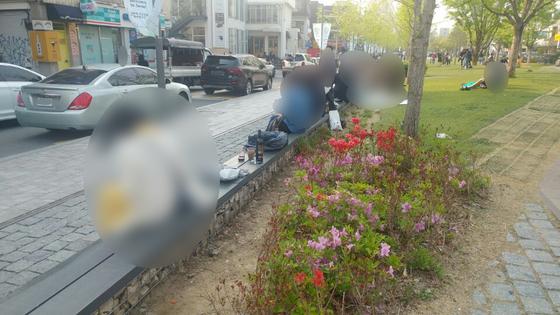 지난달 27일 오후 서울 마포구 연남동 경의선숲길에서 일부 시민들이 술을 즐기고 있다. [김민상 기자]