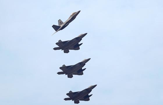 지난해 12월 비질런트 에이스에 참가한 미 공군의 스텔시 전투기인 F-22 랩터 편대. [연합뉴스]