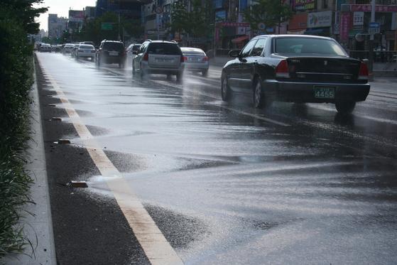 도로 바닥에 물을 수시로 뿌려주는 폭염 대비 장치인 클린로드. 도로 자체 온도를 20도 이상 낮춘다. [사진 대구시]