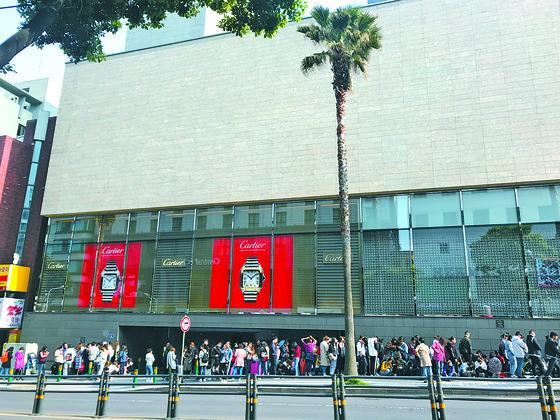 지난달 30일 제주시 연동의 한 면세점을 찾은 중국인들이 개장 전부터 줄을 서 있다. [최충일 기자]