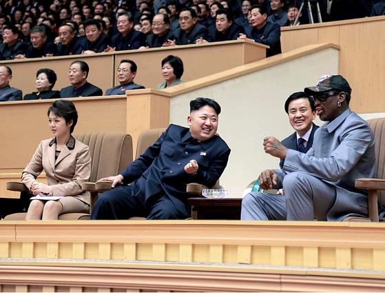 김정은 북한 국방위 제1위원장이 2014년 평양체육관에서 미국프로농구(NBA) 출신 데니스 로드먼 일행과 북한 횃불팀의 농구경기를 관람하고 있다. [사진제공=노동신문]