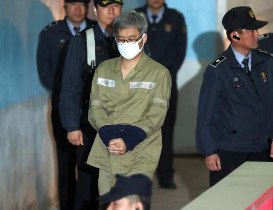 댓글조작 사건으로 구속된 '드루킹' 김동원이 2일 첫 재판을 받기 위해 서울중앙지법에 도착해 호송차에서 내리고 있다. 최승식 기자