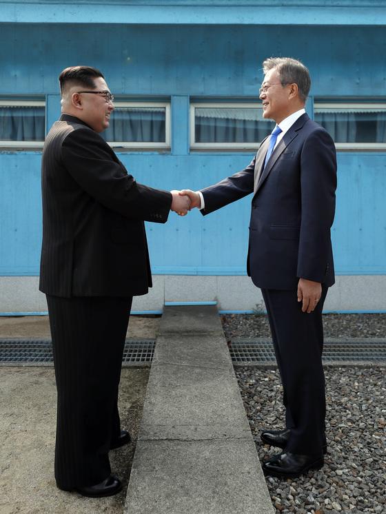 문재인 대통령과 김정은 북한 국무위원장이 4월 27일 오전 남북정상회담이 열리는 판문점 군사분계선에서 만나 악수하고 있다. 김상선 기자