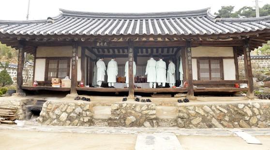 은진 송씨 승지공파 후손들이 대전시 동구 이사동의 재실에서 시제를 지내고 있다. [프리랜서 김성태]
