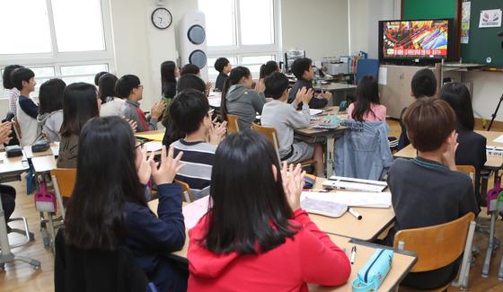 지난 달 27일 남북정상회담을 TV 로 보고 있는 학생들. [중앙포토]