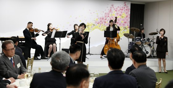 지난달 27일 북한 삼지연관현악단 성악배우가 판문점 평화의 집에서 열린 남북 정상회담 만찬에서 공연을 하고 있다. [뉴스1]