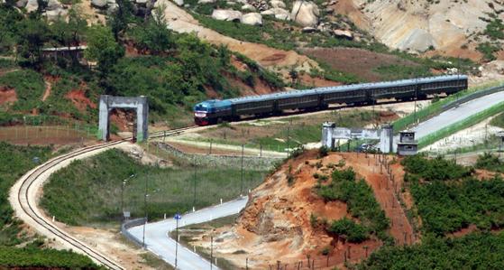 2007년 5월 남북 철도 시험운행 모습. 동해선 열차가 북측 통문을 지나 남측 강원도 고성군 제진역을 향하고 있다. [중앙포토]