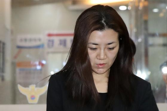 '물벼락 갑질' 논란을 일으킨 조현민 전 대한항공 전무가 폭행 및 업무방해 혐의 등 피의자 신분으로 2일 새벽 조사를 마친뒤 서울 강서경찰서를 나서고 있다 [뉴스1]