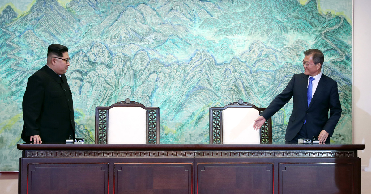 문재인 대통령과 김정은 국무위원장이 27일 오후 판문점 평화의집에서 '판문점 선언' 서명을 위해 자리에 앉고 있다. 판문점=김상선 기자