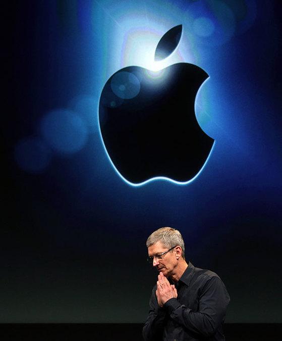 애플이 1000억 달러 규모의 추가 자사주 매입 계획을 1일(현지시간) 밝혔다. 2분기 '깜짝' 실적 발표와 함께다. 사진은 2011년 애플 신제품 출시 행사 무대에 오른 팀 쿡 최고경영자(CEO). [로이터=연합뉴스]