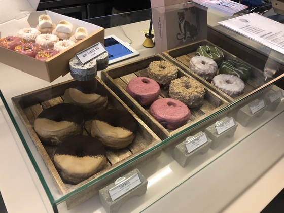 쇼케이스에 진열된 다섯 종류의 수제도넛과 미니도넛박스.