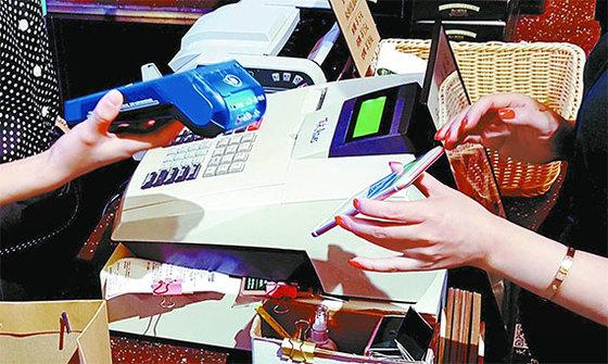 중국에선 현금·신용카드 대신 모바일 간편결제가 대세다. 올해 모바일 결제 규모는 총 166조 위안으로 한국 돈 3경원에 가까울 전망이다. 알리페이와 위챗페이가 시장을 나눠 갖고 있다. [중앙포토]