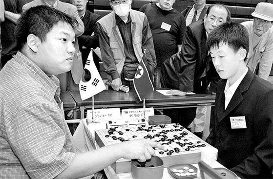 2005년 5월 일본에서 열린 제26회 세계아마바둑선수권대회에선 남북 대표 선수가 맞대결을 펼쳤다. 65개국 아마추어 선수가 참가한 이 대회에서 북한 대표인 조대원(오른쪽)은 남한 대표인 서중휘(현재 프로 6단)를 꺾고 결승에 올라 준우승을 차지했다. 서중휘는 4위에 머물렀다. [사진 한국기원]