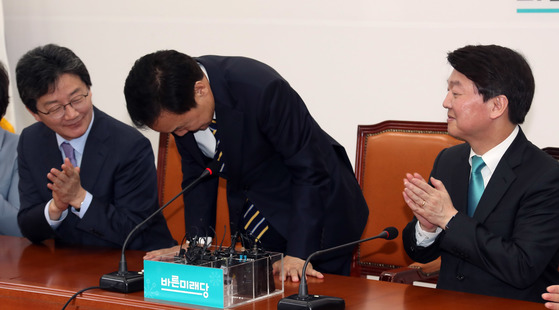손학규 바른미래당 고문이 3일 국회에서 선거대책위원장 수락 기자회견을한 뒤 인사하고 있다. 강정현 기자