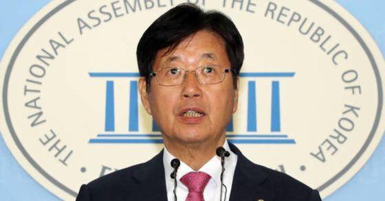 자유한국당 강길부 의원이 3일 국회 정론관에서 홍준표 대표의 사퇴를 요구하는 기자회견을 하고 있다. [연합뉴스]