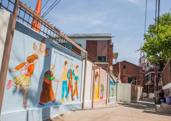 지난 2015년 셉테드 우수 지자체로 선정된 서울 강동구 천호 3동 일대. 방치된 골목길 벽에 그림을 그려 화사하게 바꿨다.  [사진제공=경찰청]