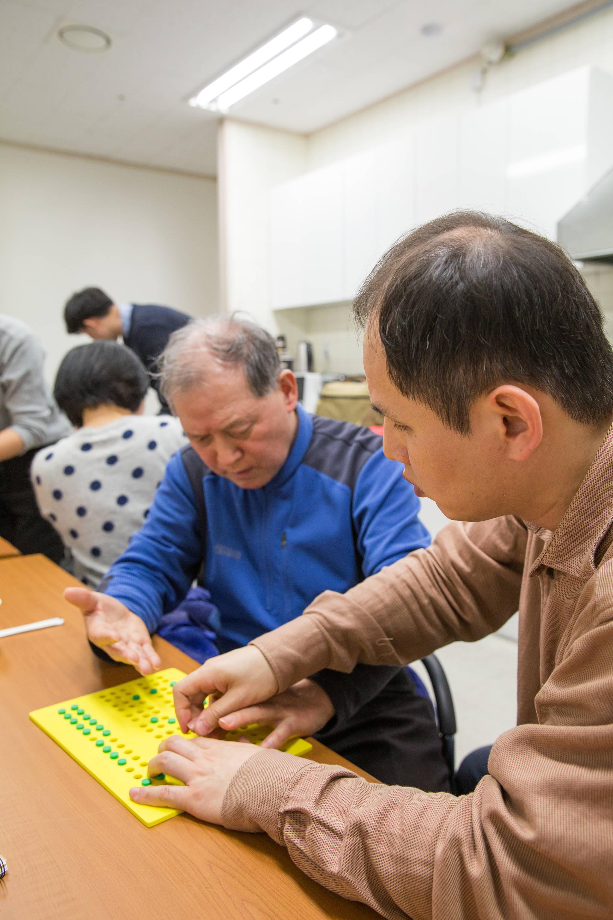 시청각장애인이 서로 점자를 가르쳐주고 배우는 모습. [사진 한국장애인개발원]
