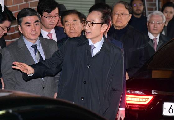 3월 23일 이명박 전 대통령(가운데)이 서울 논현동 자택 앞에서 측근들에게 구속 전 마지막 인사를 하고 있다. 임현동 기자