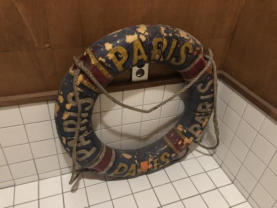 화장실 바닥에 놓인 낡은 구명 튜브.