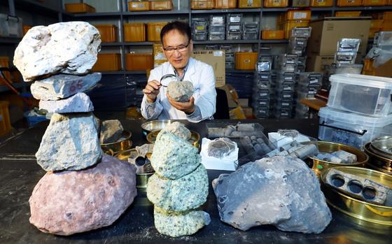 이윤수 한국지질자원연구원 박사가 1일 대전 대덕연구개발특구내 지질자원연구원 실험실에서 북한 백두산에서 공수해온 각종 암석을 진지하게 관찰하고 있다.프리랜서 김성태