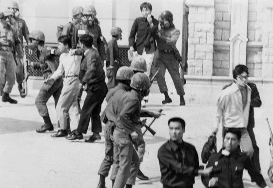 1970년대 대통령 긴급조치로 무장군인들이 고려대 캠퍼스에 들어가 학생들을 연행해 가고 있는 모습. [중앙포토]