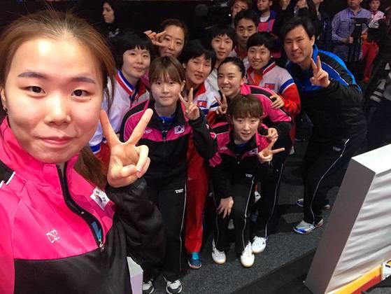남북 여자 탁구 선수들이 3일 스웨덴 할름스타드에서 열린 세계선수권 8강전에서 단일팀 결성을 확정한 뒤 한데 어울려 사진을 찍고 있다. [사진 ITTF 페이스북]