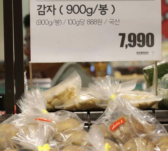 2일 서울의 한 대형마트 농산물 코너에 진열된 감자. 900g 한 봉에 7990원이다. [연합뉴스]