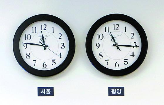 북한은 오는 5월5일부터 한국 표준시에 시간을 '통일'하기로 했다. 지난 4월27일 남북 정상회담 당일 평화의집 1층 접견실에 걸려 있던 서울과 평양 시간을 알려주는 시계. [사진 청와대]