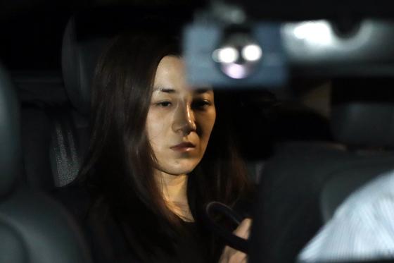 '물벼락 갑질' 논란을 일으킨 조현민 전 대한항공 전무가 폭행 및 업무방해 혐의 등 피의자 신분으로 2일 새벽 조사를 마친뒤 서울 강서경찰서를 나서고 있다. [뉴스1]