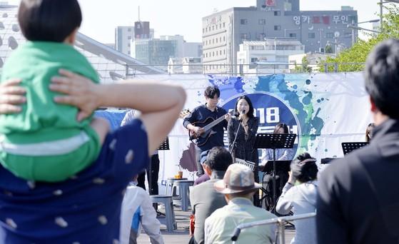 지난달 28일 대전시 원도심인 은행교 데크에서 시민들이 크로스오버밴드 자코의 공연을 관람하고 있다. 프리랜서 김성태