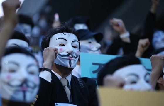 대한항공 직원과 시민들이 4일 오후 서울 세종문화회관 앞에서 집회를 열고 조양호 일가 퇴진과 갑질 근절을 촉구하는 구호를 외치고 있다. 오종택 기자