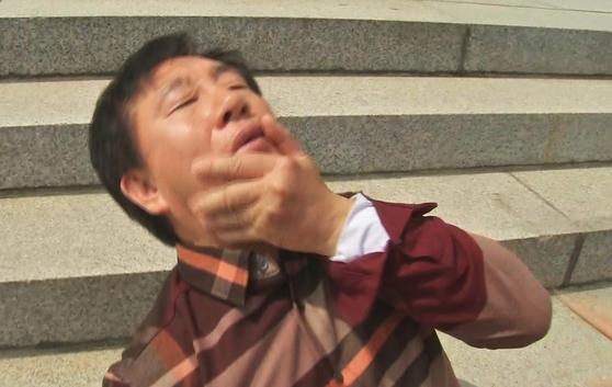 '드루킹'특검을 요구하며 국회 본청 앞에서 단식농성 중인 김성태 자유한국당 원내대표가 5일 신원미상의 한 남성에게 턱을 가격당한 뒤 쓰러지고 있다. [MBN 제공=연합뉴스]