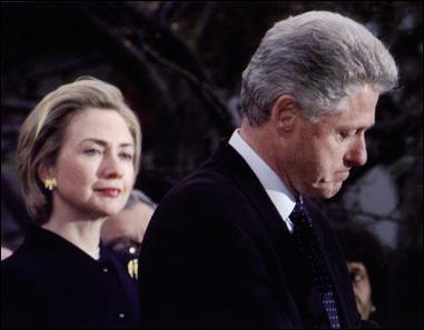 1998년 곤경에 빠진 클린턴을 바라보는 아내 힐러리의 모습. 이 사진은 1999년 퓰리처상 보도사진상을 수상했다. [퓰리처상위원회]