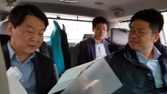 안철수 바른미래당 서울시장 후보가 3일 차 안에서 인터뷰를 하고 있다.