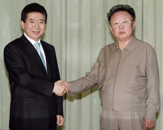 노무현 전 대통령과 김정일 전 위원장이 2007년 10월 4일 평양 백화원 영빈관에서 남북공동선언문에 서명한 후 악수하고 있다.