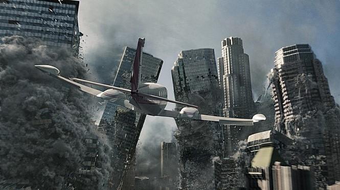 영화 '2012'. 지진이 난 도심 한복판으로 비행기가 날고 있다. 영화는 고대 마야문명에서 전해오는 예언에서 모티브를 얻어 지구 멸망의 모습을 그렸다. [영화 2012]