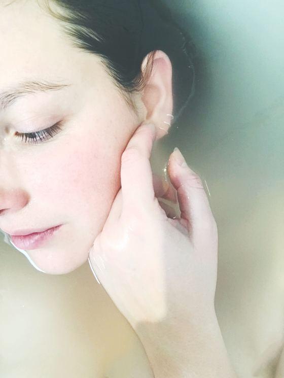 미세먼지에 대항하는 클렌징 제 1의 조건은 '피부 자극을 최소화해야 한다'는 것이다. [사진 coline hasle on Unsplash]