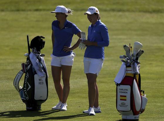 6일 열린 골프식시스에서 이야기를 나누는 유럽여자팀의 라이드와 시간다. [AP=연합뉴스]